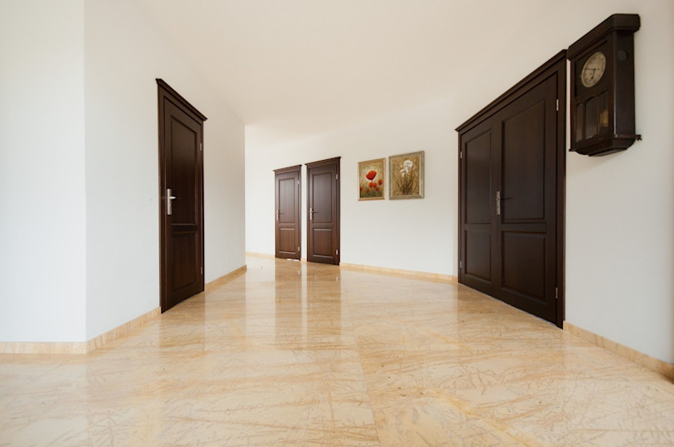 Classic style corridor, hallway and stairs by GRANMAR Borowa Góra - granit, marmur, konglomerat kwarcowy Classic