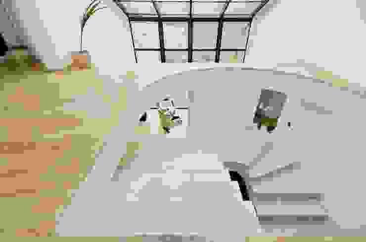 Pasillos, vestíbulos y escaleras de estilo clásico de GRANMAR Borowa Góra - granit, marmur, konglomerat kwarcowy Clásico