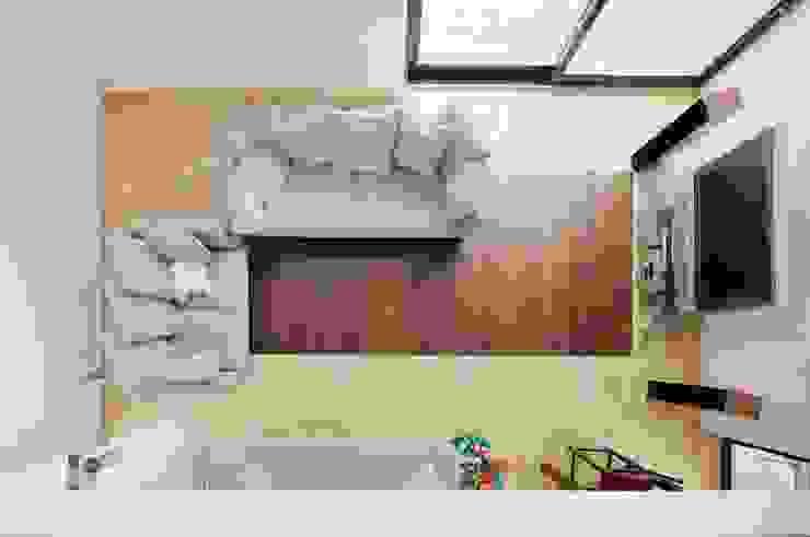 Aranżacja salonu z wykorzystaniem naturalnego marmuru i drewna Klasyczny salon od GRANMAR Borowa Góra - granit, marmur, konglomerat kwarcowy Klasyczny