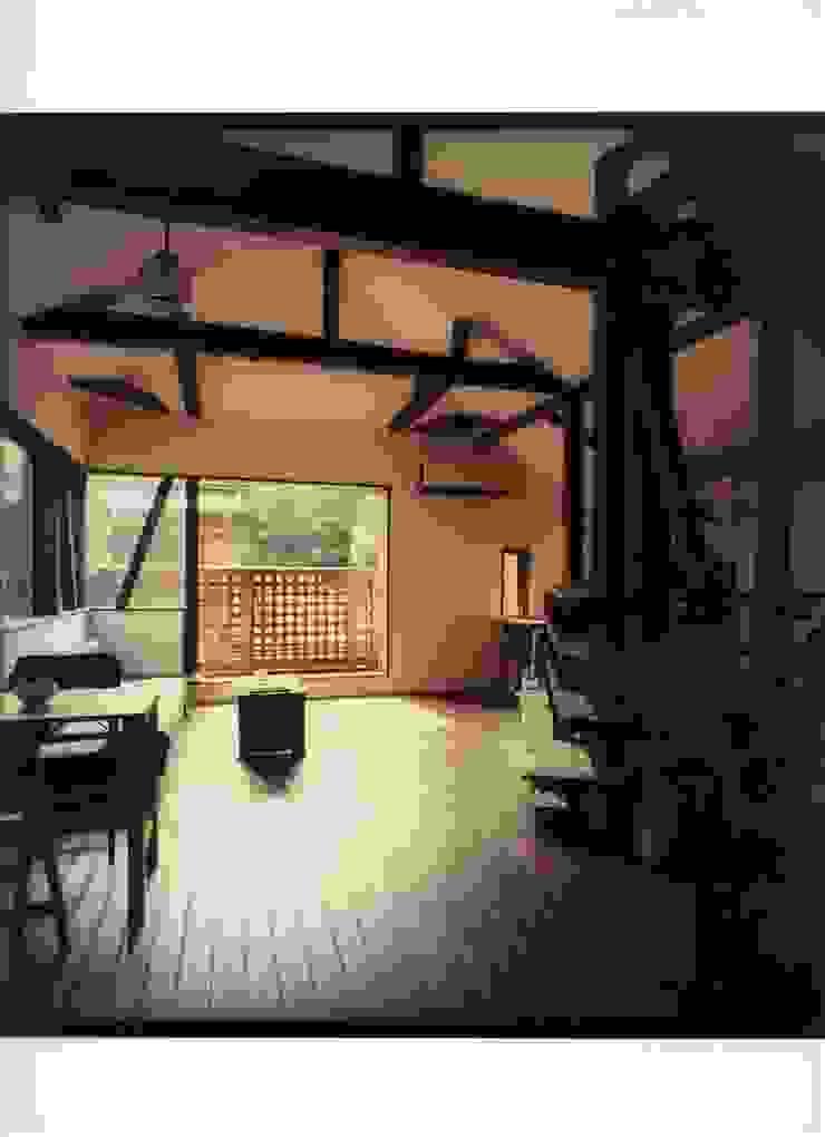 木の梁としっくい壁を生かしたリノベーション ラスティックデザインの リビング の 安井正/クラフトサイエンス ラスティック