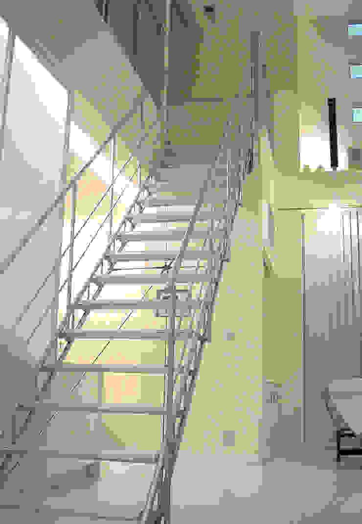 TAS Glass & Wood Step ミニマルスタイルの 玄関&廊下&階段 の Morita Aluminum Industry, INC. ミニマル