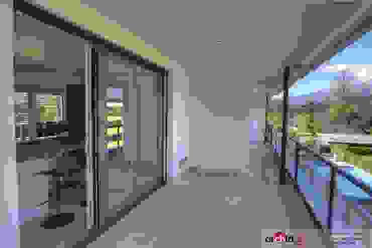 Ristrutturazione appartamento di vacanza Balcone, Veranda & Terrazza in stile minimalista di Archidé SA interior design Minimalista