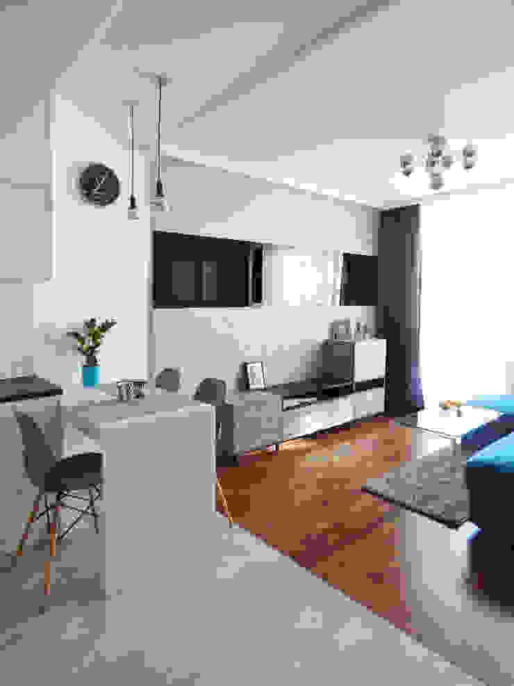 Realizacja projektu mieszkania 35m2-przed i po Nowoczesny salon od Interiori Pracownia Architektury Wnętrz Nowoczesny