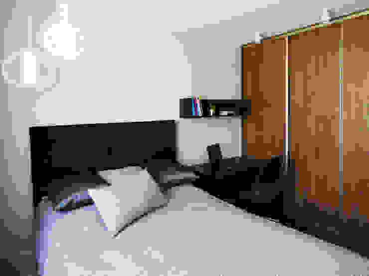 Realizacja projektu mieszkania 35m2-przed i po Nowoczesna sypialnia od Interiori Pracownia Architektury Wnętrz Nowoczesny