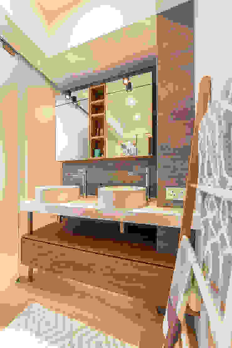 Baños de estilo minimalista de arctitudesign Minimalista