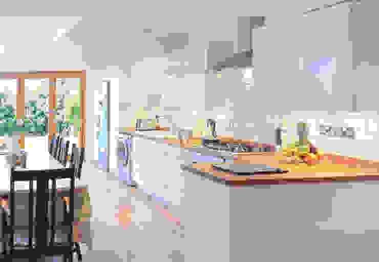 現代  by FABI Designers & Builders Associates Ltd., 現代風