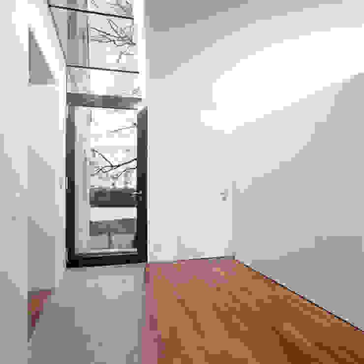 Corten Falthaus Moderner Flur, Diele & Treppenhaus von xarchitekten Modern