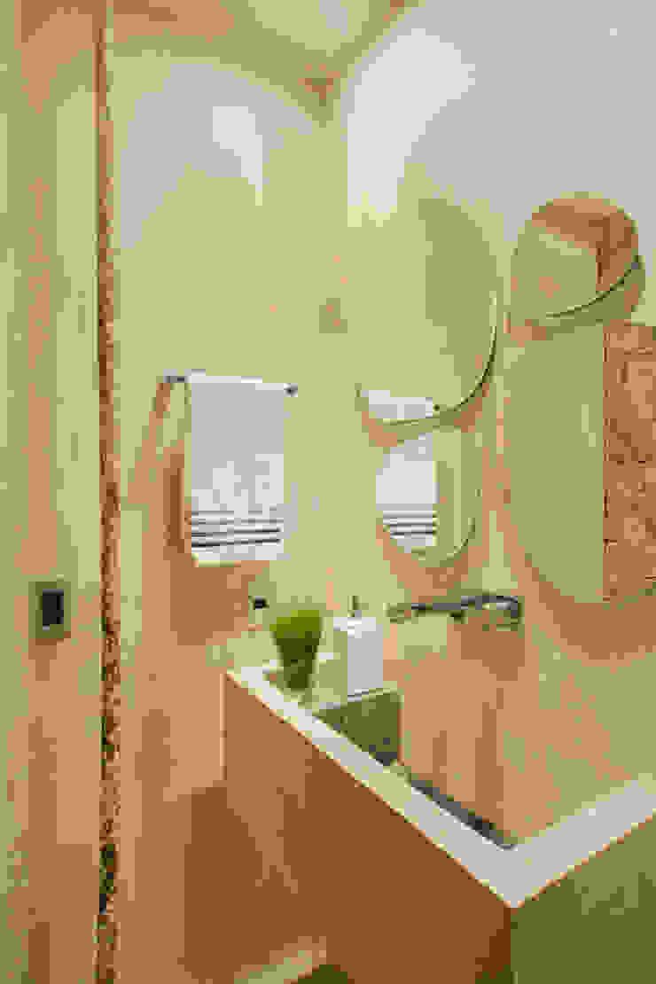 Studio ro+ca Industrial style bathrooms