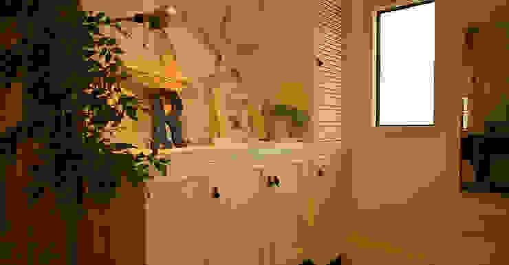 玄関: VINTAGE-RENOVATION by masuoka-designが手掛けたクラシックです。,クラシック