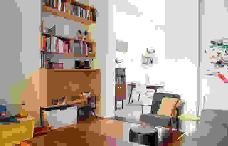 woonkamer met speelbox en zicht op eetruimte Moderne woonkamers van studio k Modern