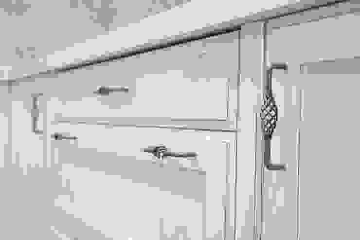 puerta lacada con tirador de forja de Suarco Clásico Madera maciza Multicolor