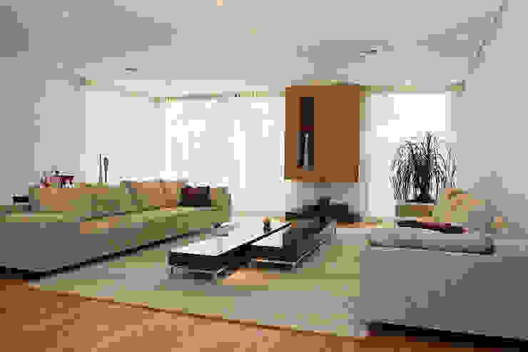 Ruang Keluarga Modern Oleh dsgnduo Modern