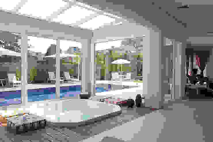Área de lazer com piscina Piscinas modernas por dsgnduo Moderno