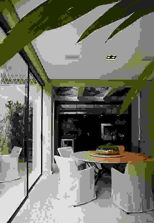 モダンデザインの テラス の Rafael Zalc Arquitetura e Interiores モダン