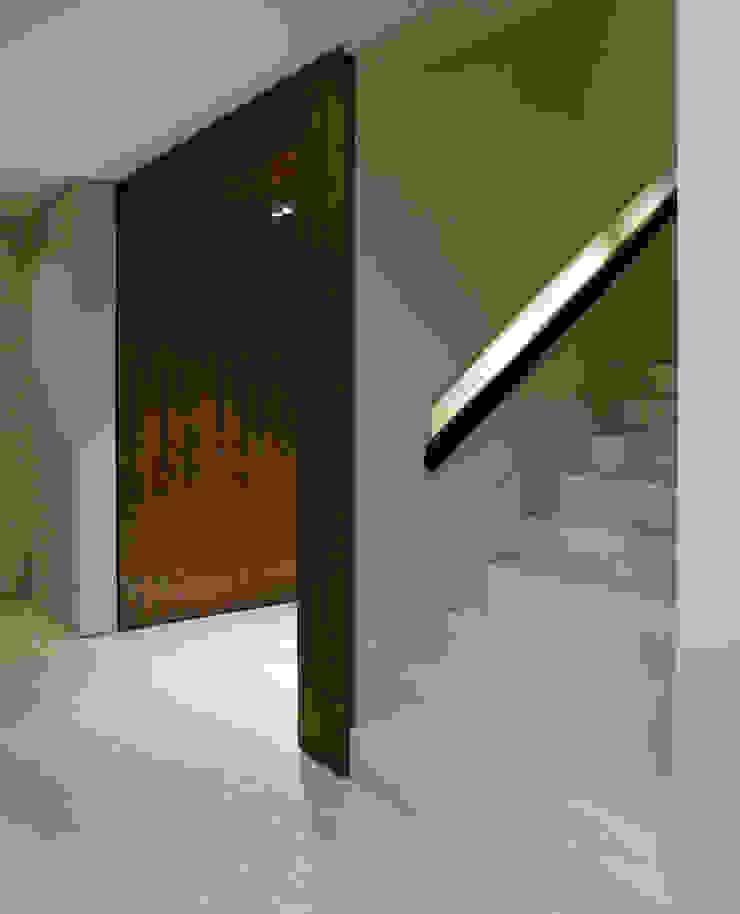 ミニマルスタイルの 玄関&廊下&階段 の Rafael Zalc Arquitetura e Interiores ミニマル