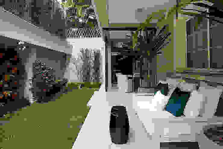 Terrace by Rafael Zalc Arquitetura e Interiores, Modern