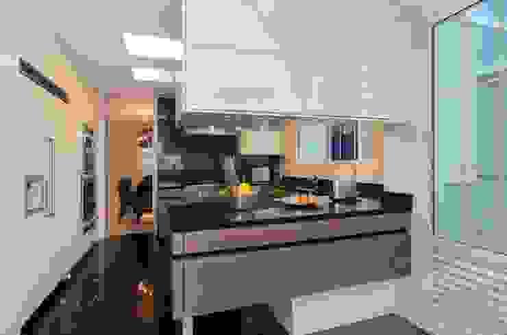Casa Ibirapuera Cozinhas modernas por Rafael Zalc Arquitetura e Interiores Moderno