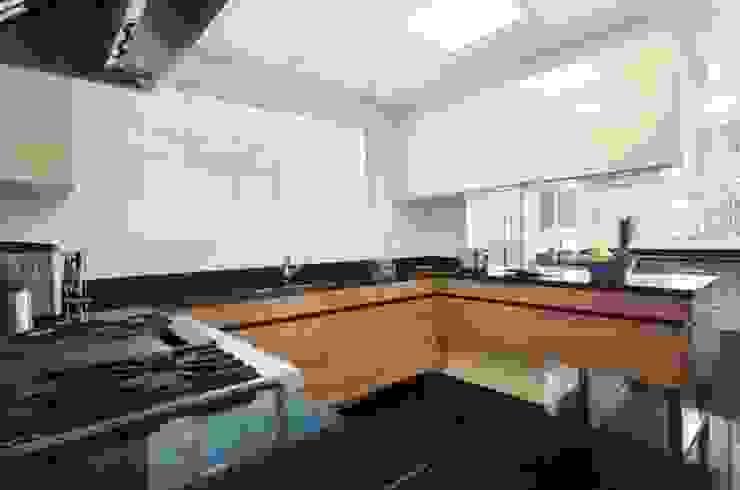Kitchen by Rafael Zalc Arquitetura e Interiores, Modern