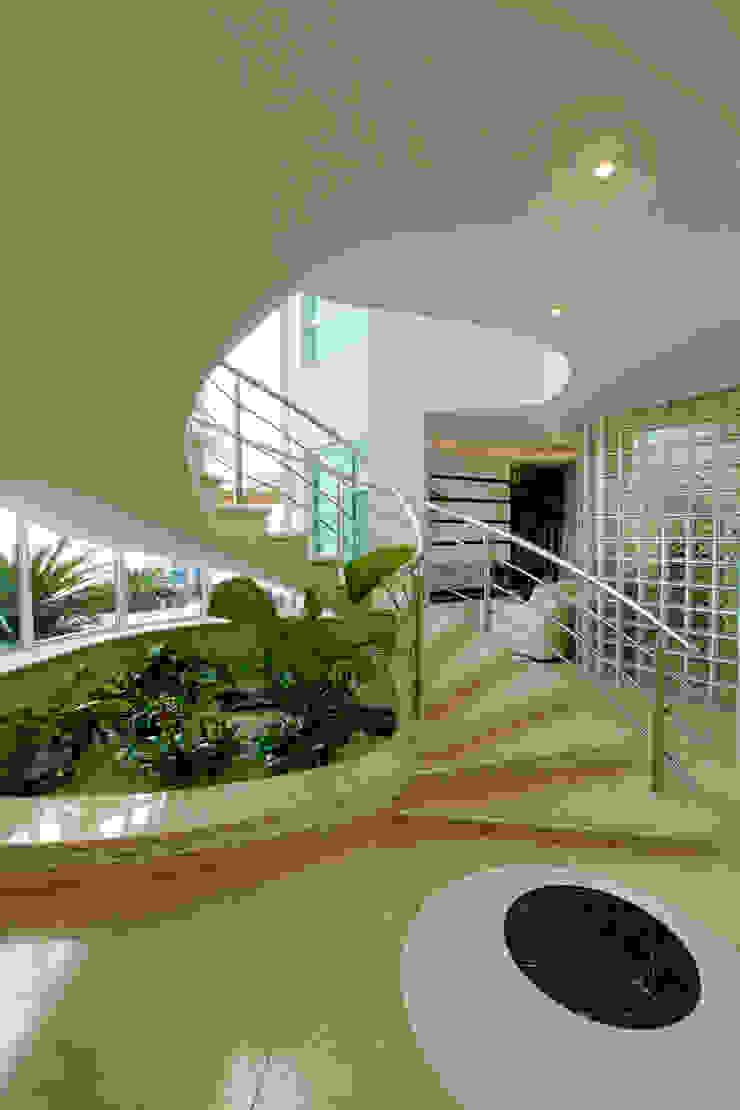 Casa Parque Corredores, halls e escadas modernos por Designer de Interiores e Paisagista Iara Kílaris Moderno