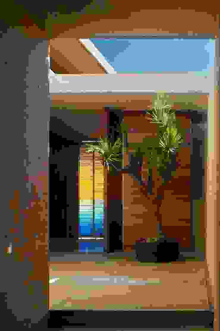 Casa AV Pasillos, vestíbulos y escaleras modernos de Gantous Arquitectos Moderno