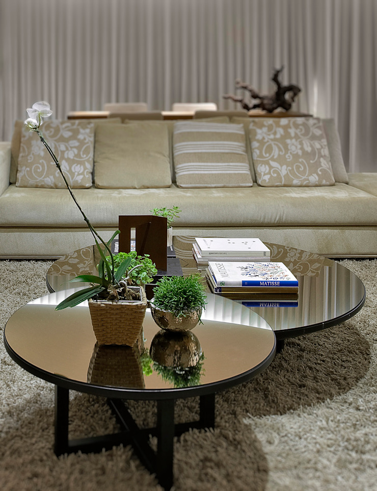 Detalhe das mesas de centro Fernanda Sperb Arquitetura e interiores Sala de estarTV e mobiliário