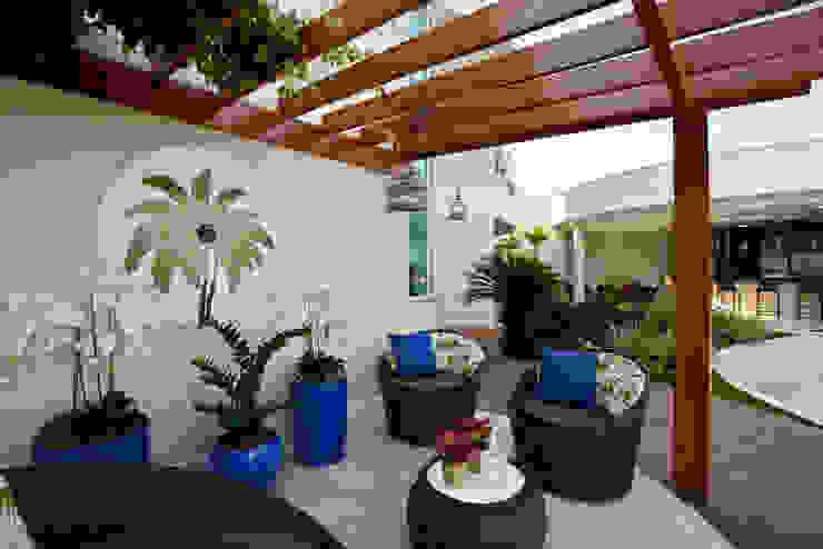 Сад в стиле модерн от Designer de Interiores e Paisagista Iara Kílaris Модерн