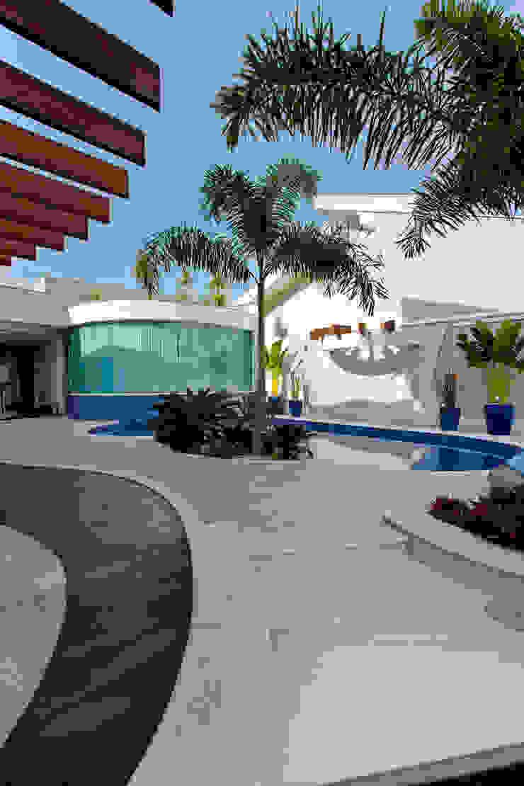 Casa Parque Piscinas modernas por Designer de Interiores e Paisagista Iara Kílaris Moderno