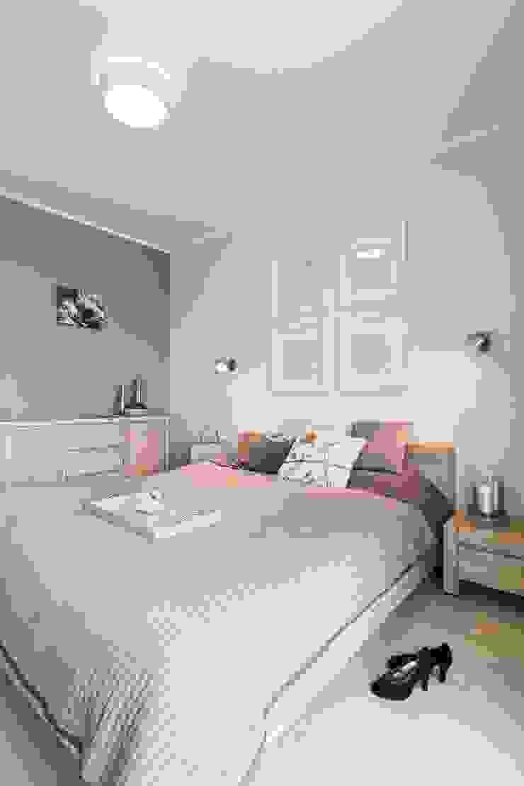 MIESZKANIE 72 M2 Minimalistyczna sypialnia od KRAMKOWSKA|PRACOWNIA WNĘTRZ Minimalistyczny
