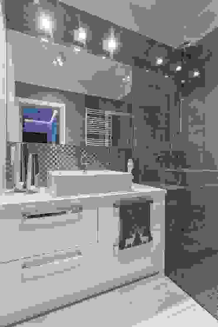 MIESZKANIE 72 M2 Minimalistyczna łazienka od KRAMKOWSKA|PRACOWNIA WNĘTRZ Minimalistyczny