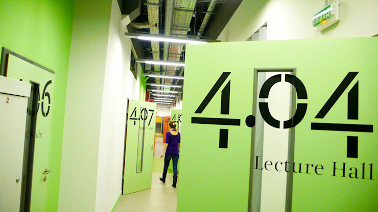 Оформление стен в Британской высшей школе дизайна Школы в стиле минимализм от 33dodo Минимализм