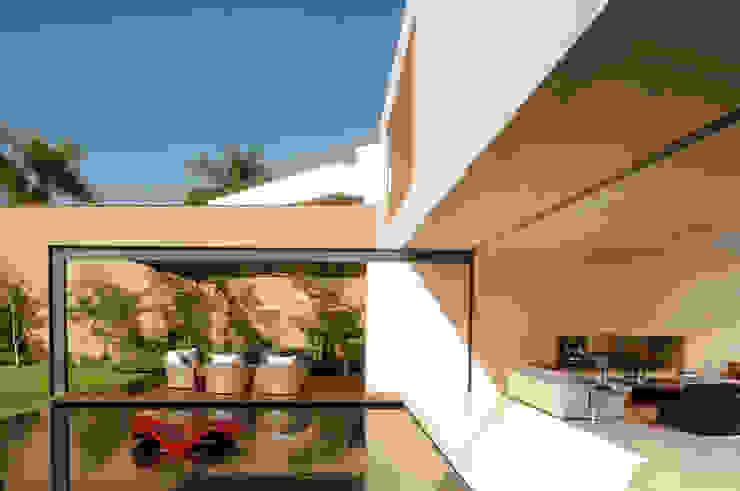 Casa SJ Gantous Arquitectos Balcones y terrazas modernos