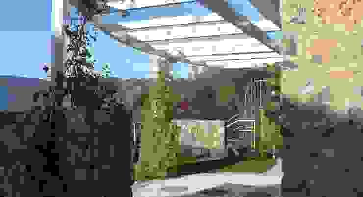 Pergolato sul fronte della casa Case moderne di Maurizio Grassi Architetto Moderno Ferro / Acciaio
