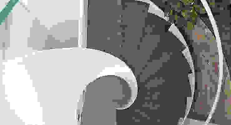 Scala a spirale di Maurizio Grassi Architetto Mediterraneo Marmo
