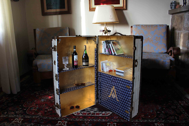 Unique Vintage Wardrobe Steamer Trunk Upcycled Living room bedroom wooden cabinet toy storage gold leaf shelves: Curtis1 Salones clásicos de AM Florence Clásico
