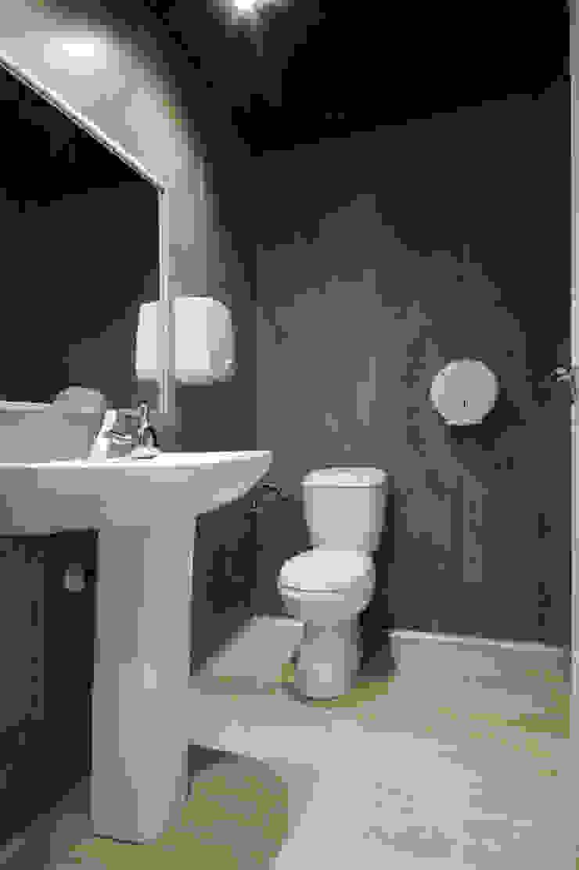 Después del baño, suelo vinílico y paredes con paneles vinílicos. Bares y clubs de estilo industrial de Casas a Punto home staging Industrial