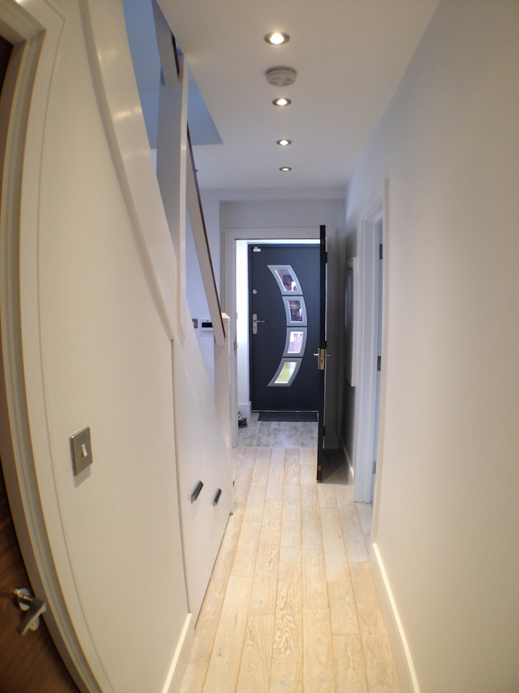 front door and hallway Moderne gangen, hallen & trappenhuizen van Progressive Design London Modern