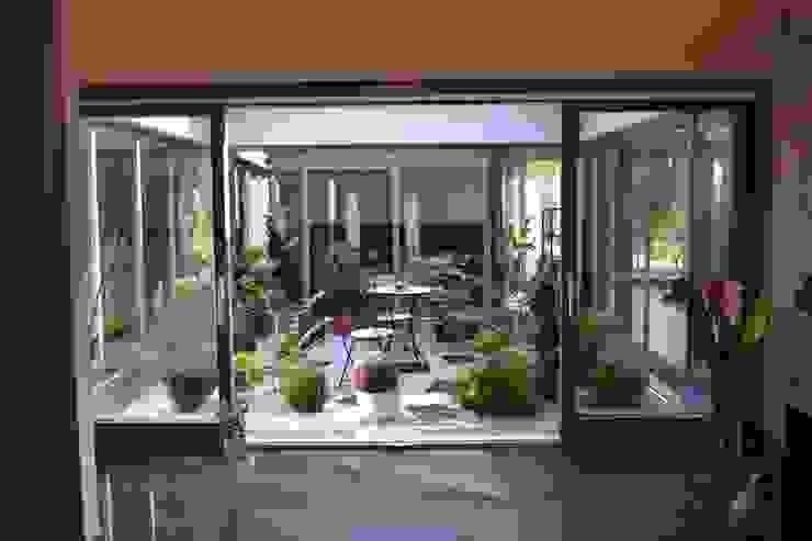 Dom z wewnętrznym PATIO Nowoczesny balkon, taras i weranda od Autorskie Studio Projektu QUBATURA Nowoczesny
