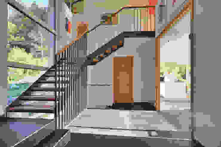 Wohnhaus in Marquartstein Moderner Flur, Diele & Treppenhaus von Architekturbüro Schaub Modern