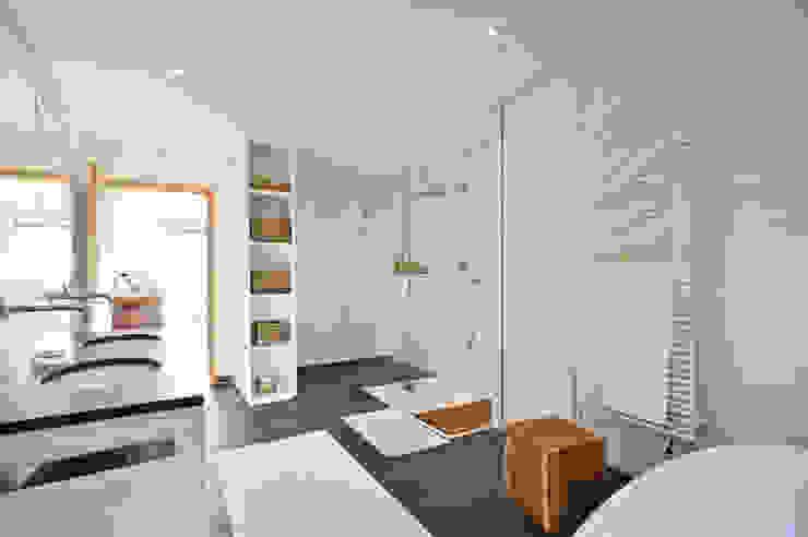 Wohnhaus in Marquartstein Moderne Badezimmer von Architekturbüro Schaub Modern