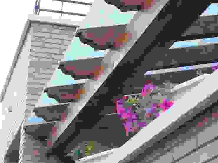 Pérgola de madera, techada con cristal mateado Jardines de estilo mediterráneo de Madera Garden Mediterráneo