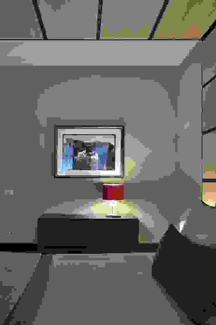 Загородный дом в современном стиле Спальня в стиле модерн от ANIMA Модерн
