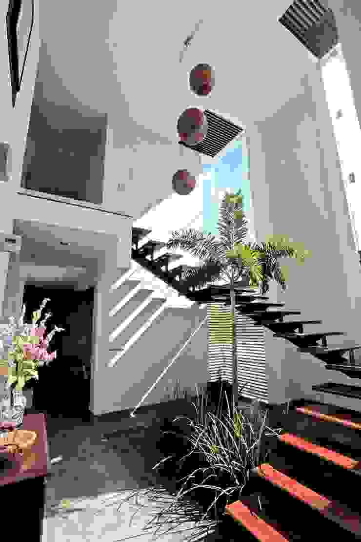 cubo escalera en armonia AMEC ARQUITECTURA Pasillos, vestíbulos y escaleras modernos
