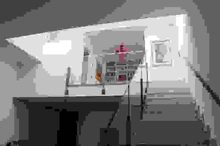 Zenith-Studio Architetti Associati Modern corridor, hallway & stairs