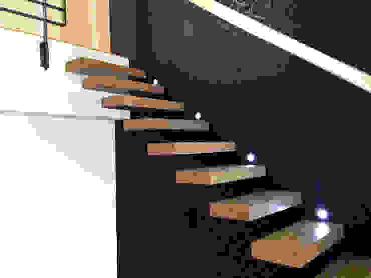 Escalier design suspendu en bois par La Stylique Minimaliste