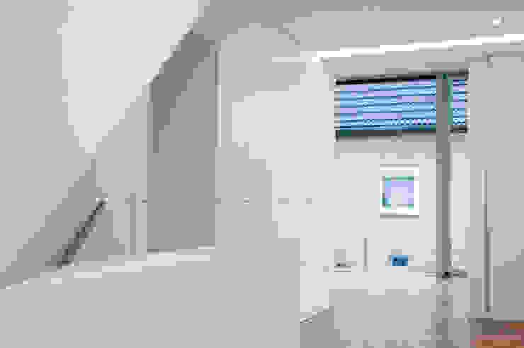 Oliver Keuper Architekt BDA Pasillos, vestíbulos y escaleras de estilo moderno