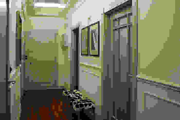 """eklektycznie i """"parysko"""" na Bemowie Eklektyczny korytarz, przedpokój i schody od Pracownia Projektowa Pe2 Eklektyczny"""