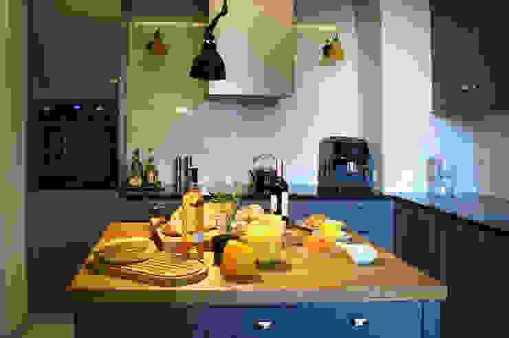 kuchnia indygo Eklektyczna kuchnia od Pracownia Projektowa Pe2 Eklektyczny