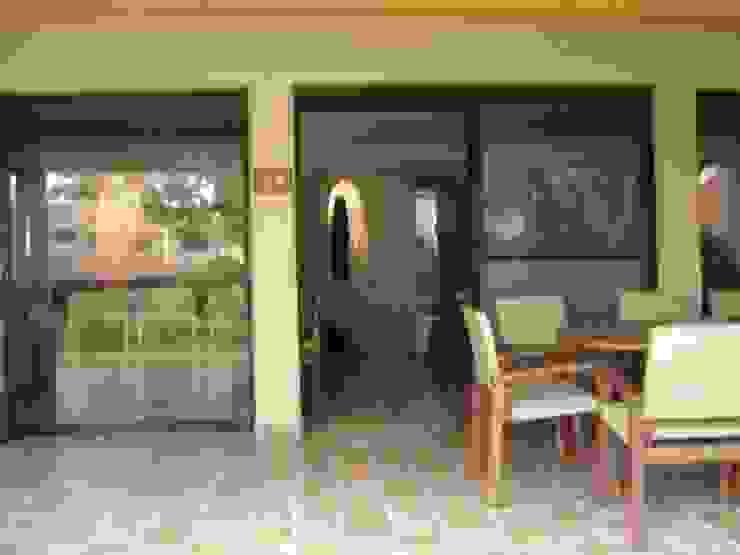 Pasillo Exterior para entrar a casa Pasillos, vestíbulos y escaleras mediterráneos de Cenquizqui Mediterráneo