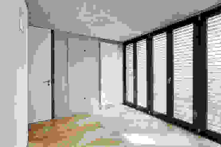 Nowoczesna sypialnia od Oliver Keuper Architekt BDA Nowoczesny