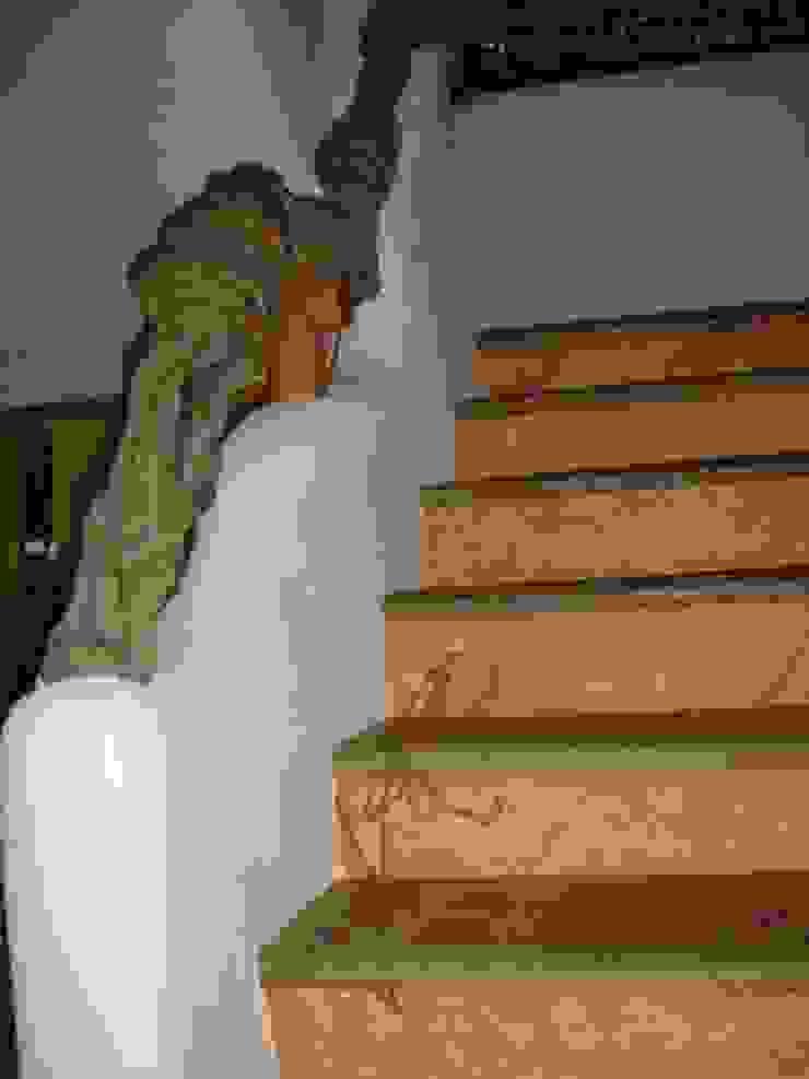 Detalle en pasamanos y escaleras Pasillos, vestíbulos y escaleras mediterráneos de Cenquizqui Mediterráneo